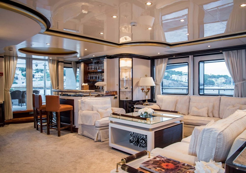 Benetti_43M_2018_bar_on_the_yacht