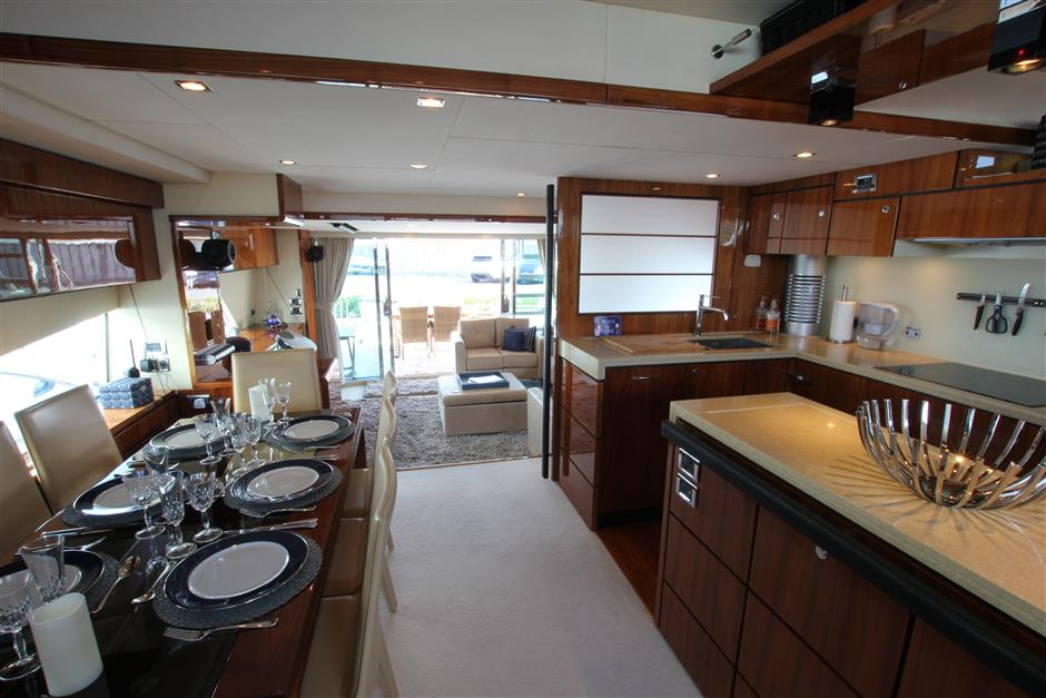 Fairline78_saloon