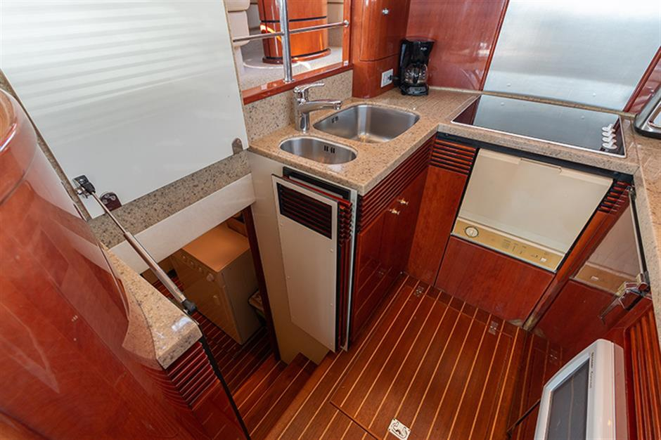 Fairline_58_yacht_galey1